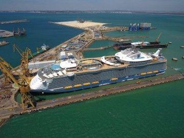 """El megacrucero """"Symphony of the Seas"""", varado en el dique número 4 de Navantia Cádiz"""