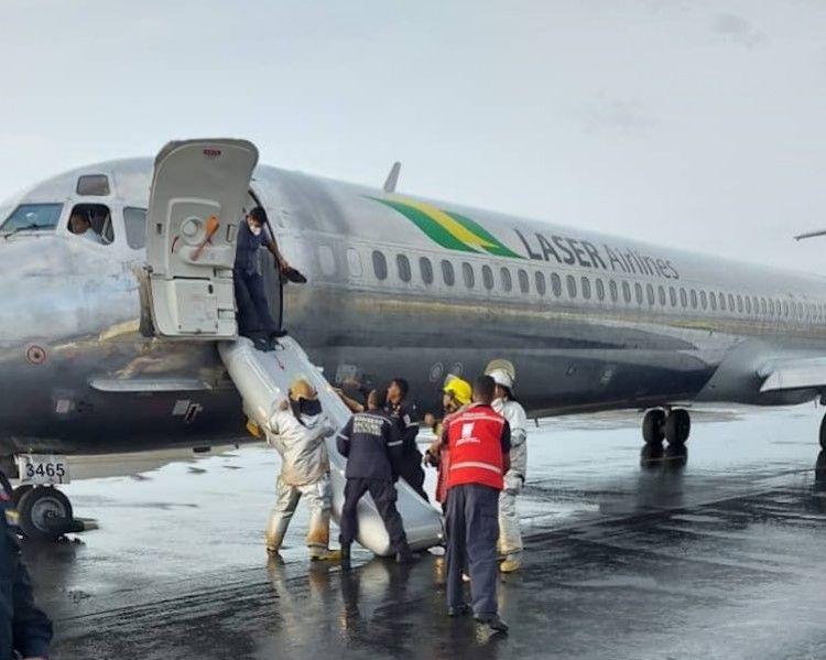 Personal de emergencias ayuda en la evacuación del avión de Láser Airlines