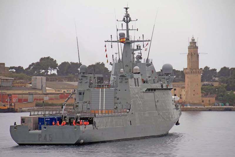 """El BAM """"Audaz"""" maniobra para atracara en la base de Porto Pi"""