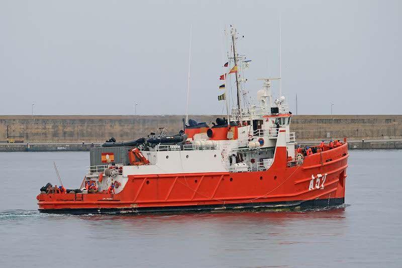 """El buque auxiliar """"Las Palmas"""" permanece pintado de rojo polar"""