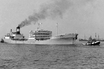 """El petrolero """"Gerona"""", tras su reconstrucción de 1957, arriba al puerto de Barcelona"""