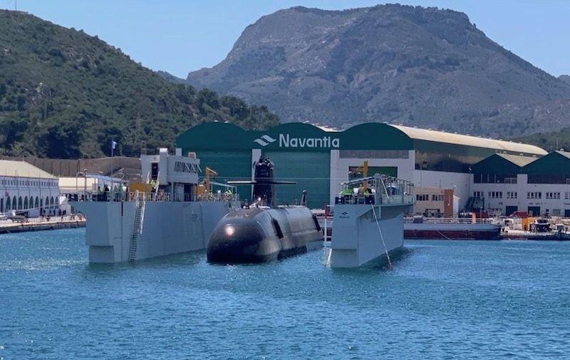 El submarino S-81, en el dique flotante, durante la maniobra de puesta a flote