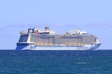 """El buque """"Odyssey of the Seas"""", en la maniobra de salida de la bahía de Palma"""
