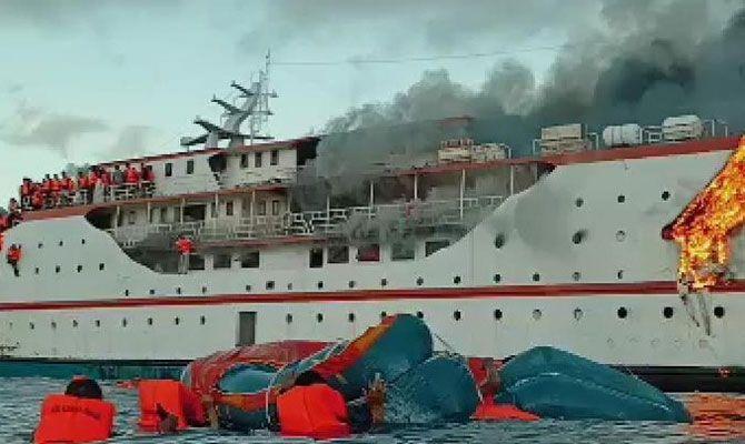 El fuego avanza y parte de los medios están en el agua