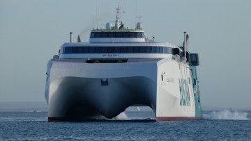 """Imponente estampa marinera del nuevo HSC """"Eleanor Roosevelt"""", visto de proa"""