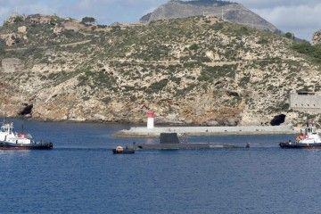 """Dos remolcadores de Boluda maniobran la última singladura del submarino S-72 """"Siroco"""""""