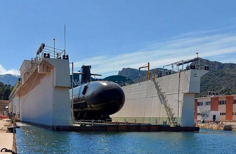 """El submarino S-81 """"Isaac Peral"""", dispuesto en el dique flotante"""