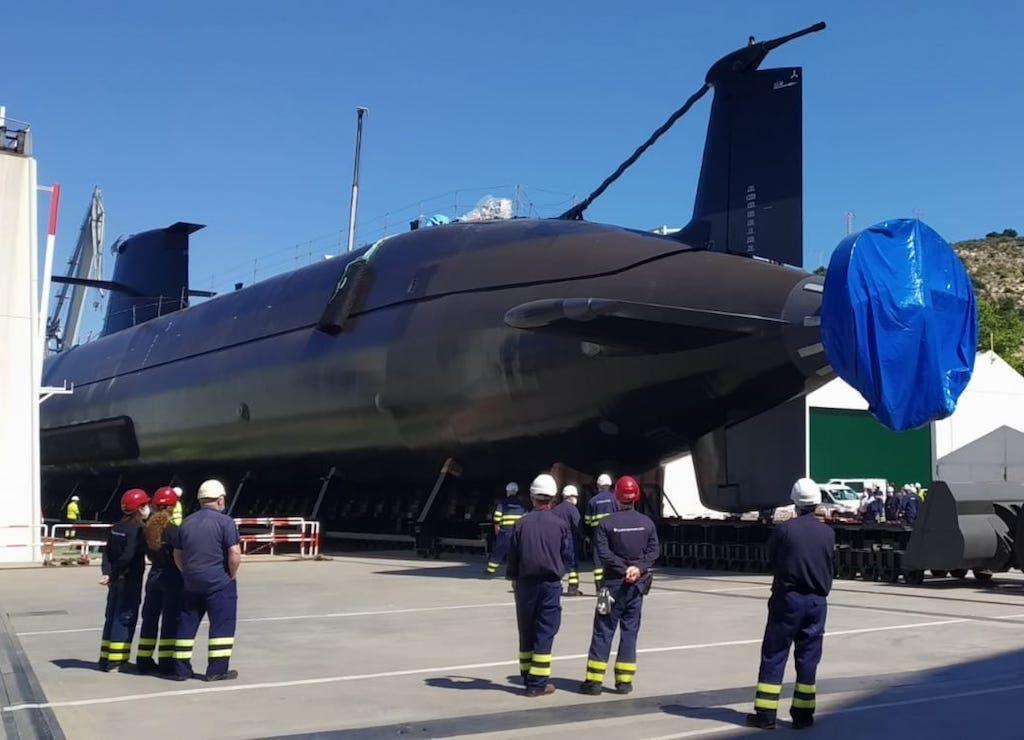 Vista de popa del submarino en su desplazamiento hacia el dique flotante