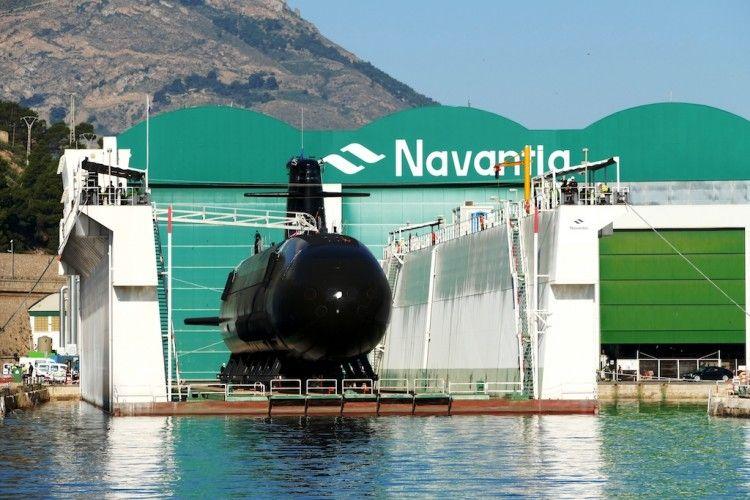 """El submarino S-81 """"Isaac Peral"""", preparado para su puesta a flote en el dique flotante"""