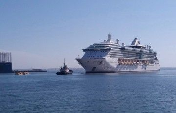 "El buque ""Jewel of the Seas"" se aproxima al dique seco número 4 de Navantia Cádiz"