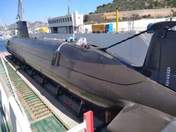 Parte del submarino S-81 posicionado en el dique flotante