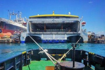 """Maniobra desde popa en la varada del trimarán """"Bajamar Express"""""""