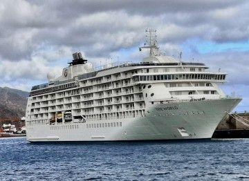 """El buque """"The World"""", atracado en el extremo del muelle sur del puerto de Santa Cruz de Tenerife"""