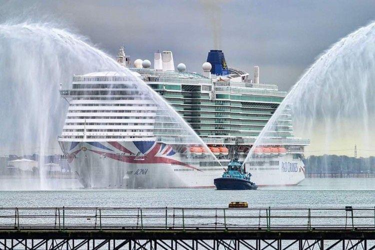 """Chorros de agua reciben la escala inaugural del buque """"Iona"""""""