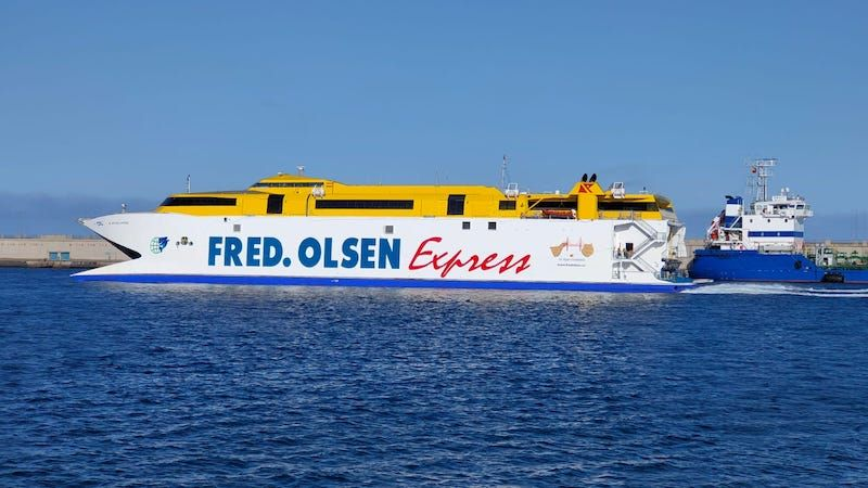 """El catamarán """"Bentago Express"""" sale tras abortar su primer intento"""