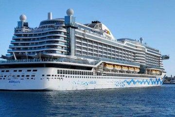 """El megacrucero """"AIDAperla"""", en la maniobra de salida del puerto tinerfeño"""