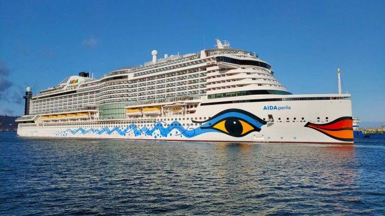 """El buque """"AIDAperla"""" maniobra en el puerto de Santa Cruz de Tenerife"""