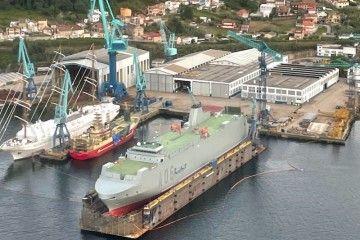 """El buque logístico """"Ysabel"""", varado en el dique flotante de Rodman y pintado de gris naval"""