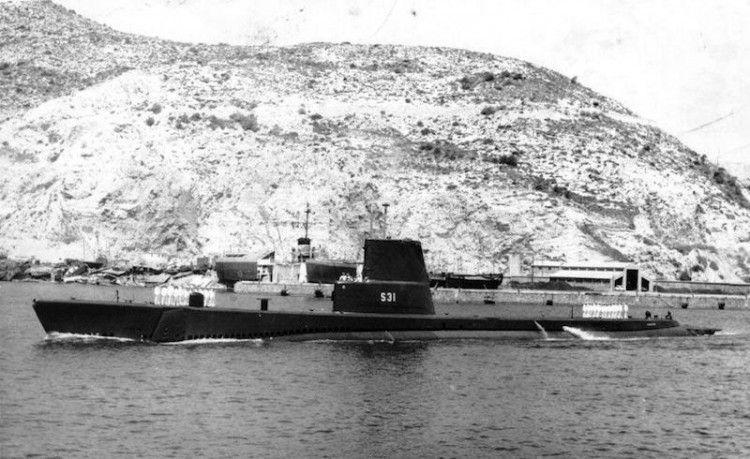 """Maniobra de salida del submarino S-31 """"Almirante García de los Reyes"""" de la base naval de Cartagena"""