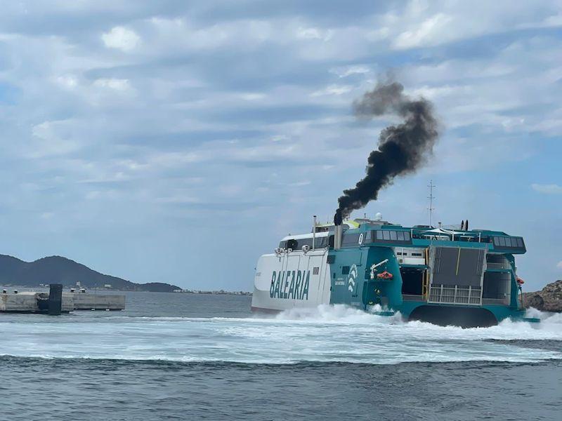 Los humos destacados proceden siempre de los motores del casco de babor