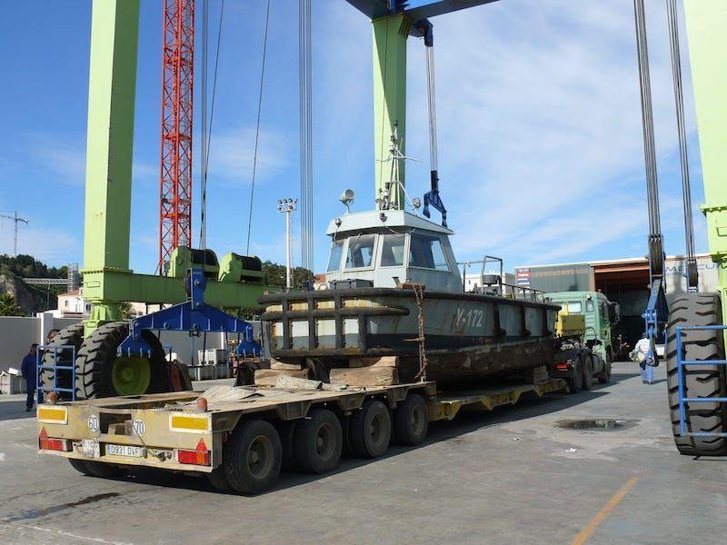 Maniobra de carga de la empujadora de submarinos ex Y-172
