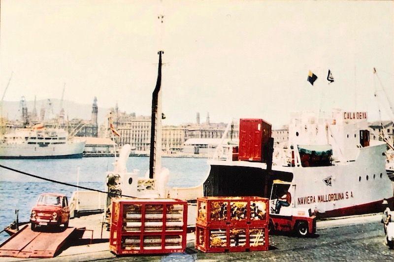 """El buque """"Cala Deyá"""", operando en el puerto de Barcelona. Obsérvese los detalles de la actividad portuaria"""