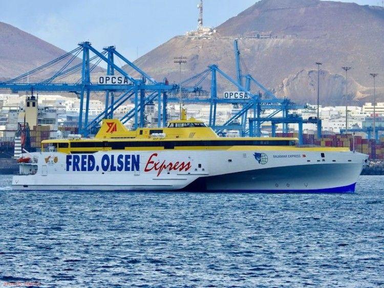 """El trimarán """"Bajamar Express"""", a su salida del puerto de Las Palmas"""