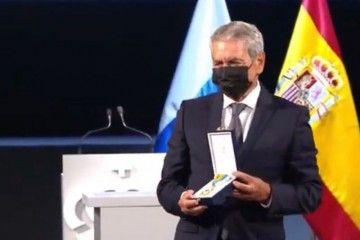 Antonio Armas Fernández muestra la Medalla de Oro de Canarias 2021