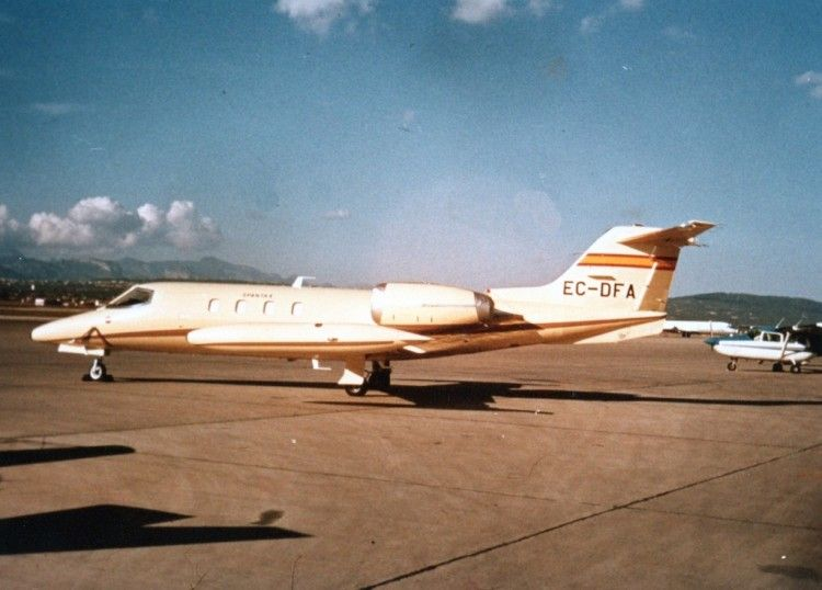 El avión corporativo Learjet 35 de Spantax, aparcado en el aeropuerto de Palma