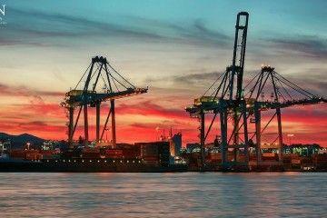 Vista parcial al ocaso de APM Terminals de Algeciras