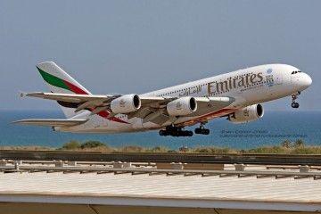 Airbus A380 de Emirates despegando del aeropuerto de Barcelona
