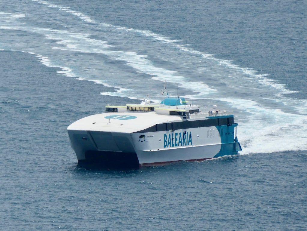 """El catamarán """"Cecilia Payne"""", a su llegada al puerto de Barcelona"""