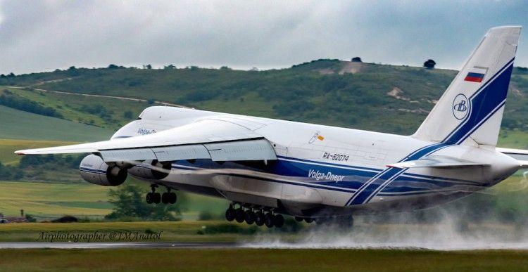 El gigantesco avión, en su fase despegue