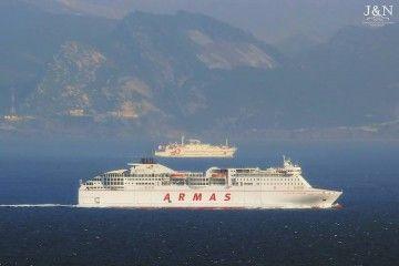 """El ferry """"Volcán de Tinamar"""" y por babor el ferry """"Ciudad de Málaga"""""""