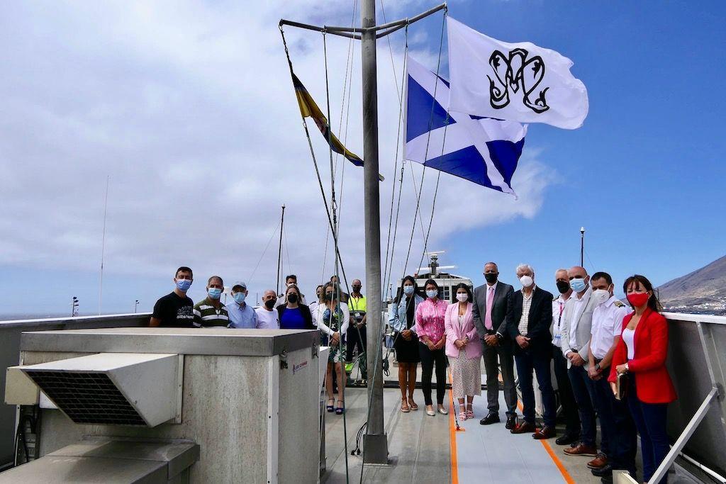 Los asistentes, tras el izado la bandera de la Bajada