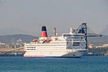 """El ferry """"Saga"""", fondeado en la bahía de Algeciras"""