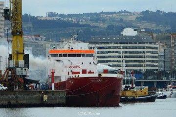 """El humo sale de la superestructura del buque """"Ura"""""""
