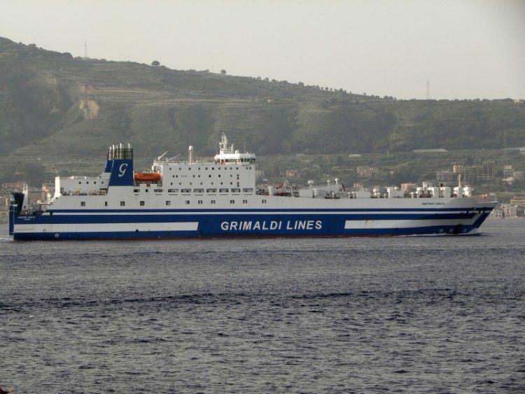 """El buque """"Euroferry Egnazia"""", visto por la banda de estribor"""