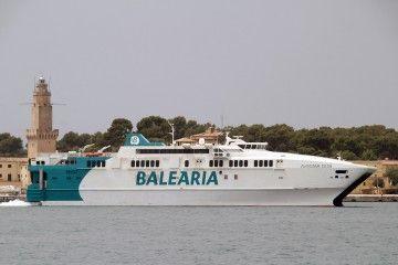 """El catamarán """"Avemar Dos"""", esta mañana, en aguas del puerto de Palma"""