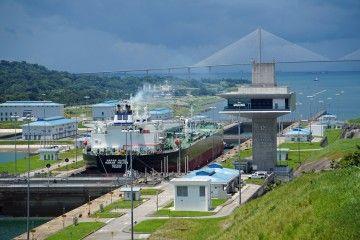 Petrolero neopanamax en las esclusas de Agua Clara, Gatún, Lago Gatún