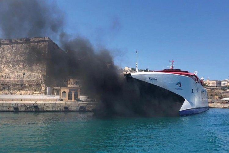 """Densa humareda procedente de los motores del buque """"HSC Ártemis"""""""