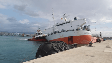"El buque dique ""Super Servant 4"", con fuerte escora a estribor"