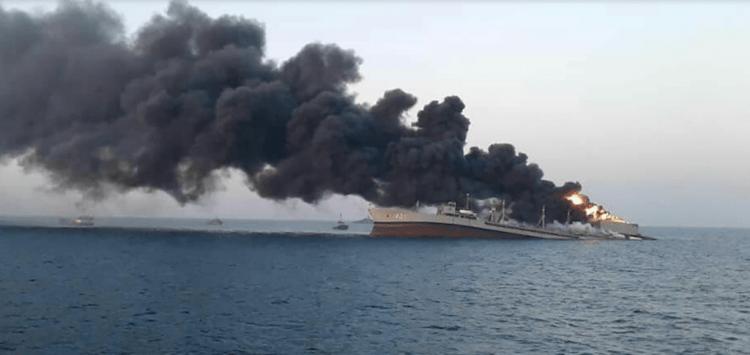 """El petrolero iraní """"IRIS Kharg"""", pasto de las llamas"""