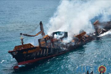 """El buque calcinado """"X-Press Pearl"""", humeante y escorado a estribor"""