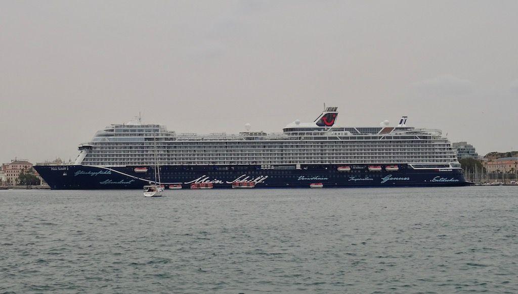 """El buque """"Mein Schiff 2"""", visto en toda su eslora por la banda de babor"""