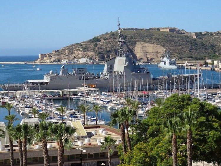 """La fragata """"Méndez Núñez"""", atracada en el puerto de Cartagena"""