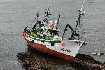 """El pesquero """"Virxe dos Milagros"""", en seco, a marea baja"""
