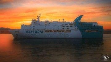 """El ferry """"Regina Báltica"""" abandona su atraque en Algeciras"""
