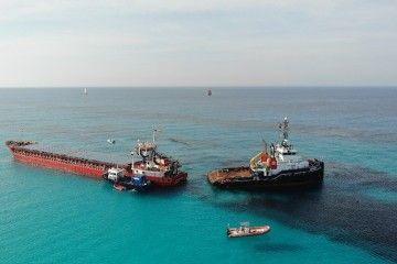"""El remolcador """"Bever"""", en la maniobra de reflotamiento del buque """"River Thames"""""""
