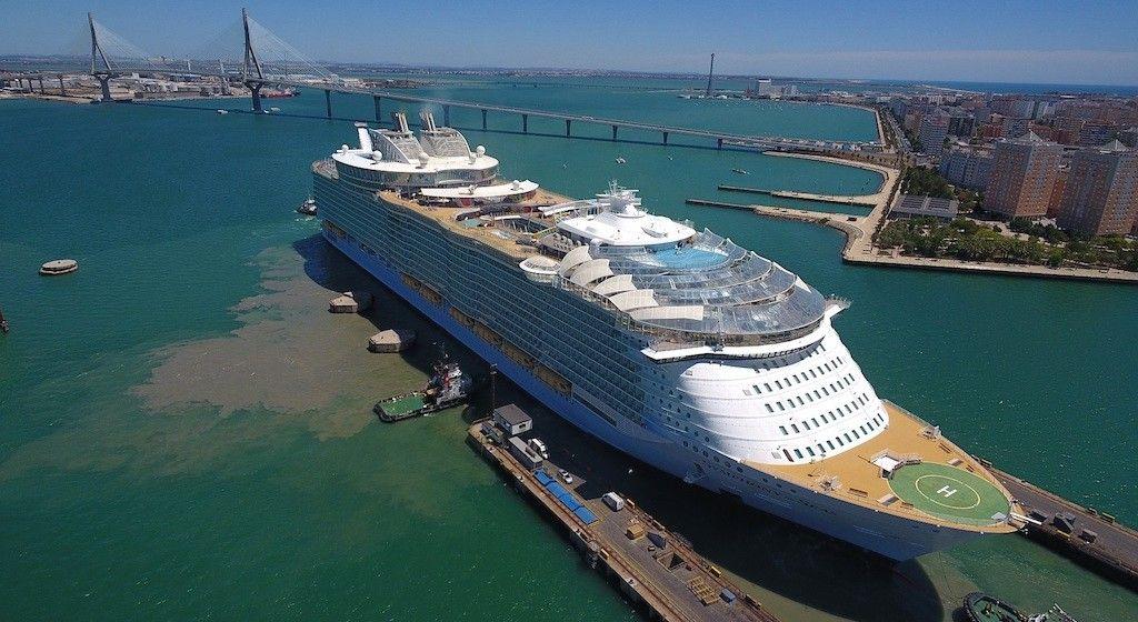 """Maniobra de salida del dique del buque """"Shymphony of the Seas"""""""
